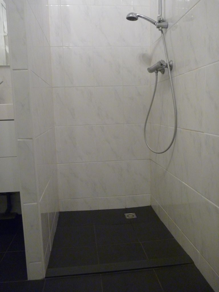 Badkamer vloer renovatie - Badkamer betegelde vloer ...